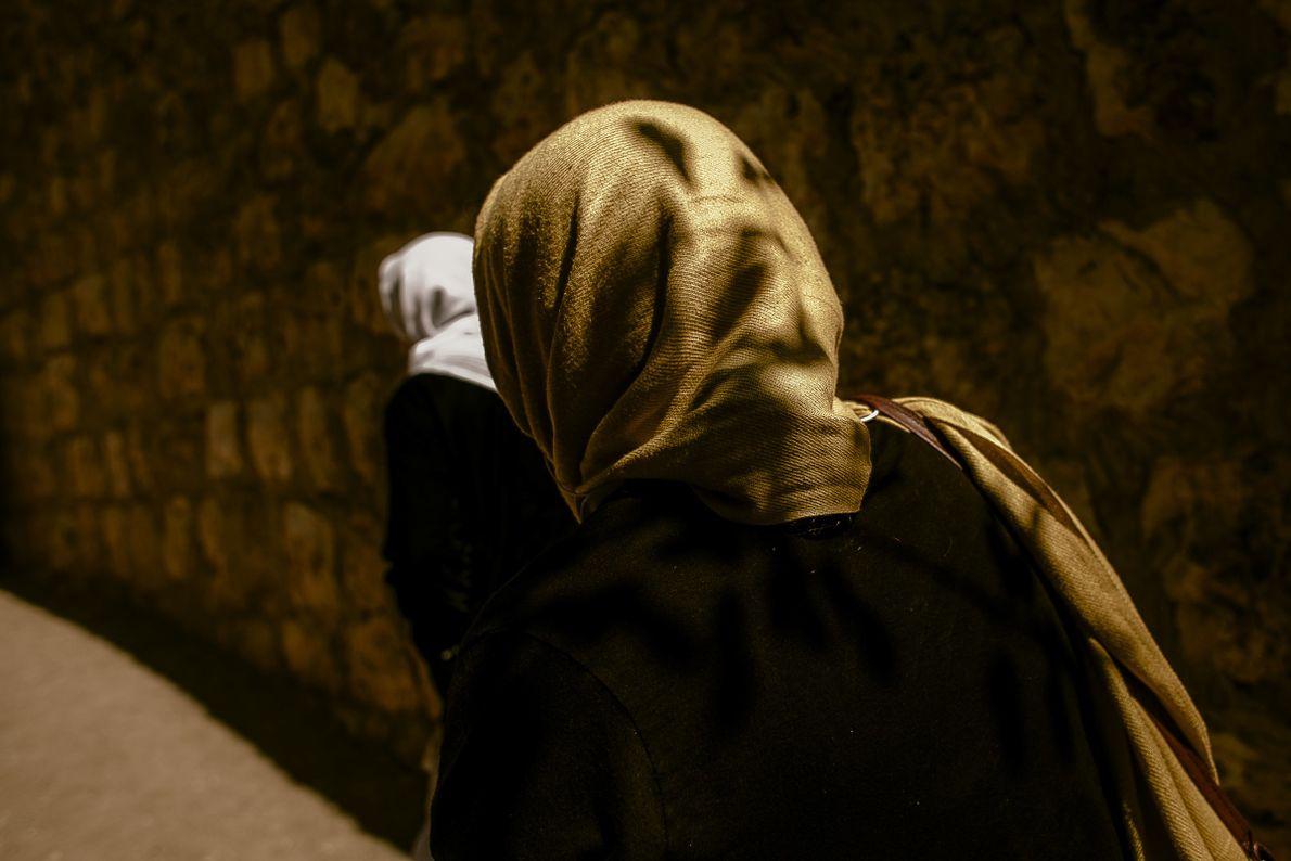 mulheres-yazidis-deixam-o-templo-depois-do-rebatismo