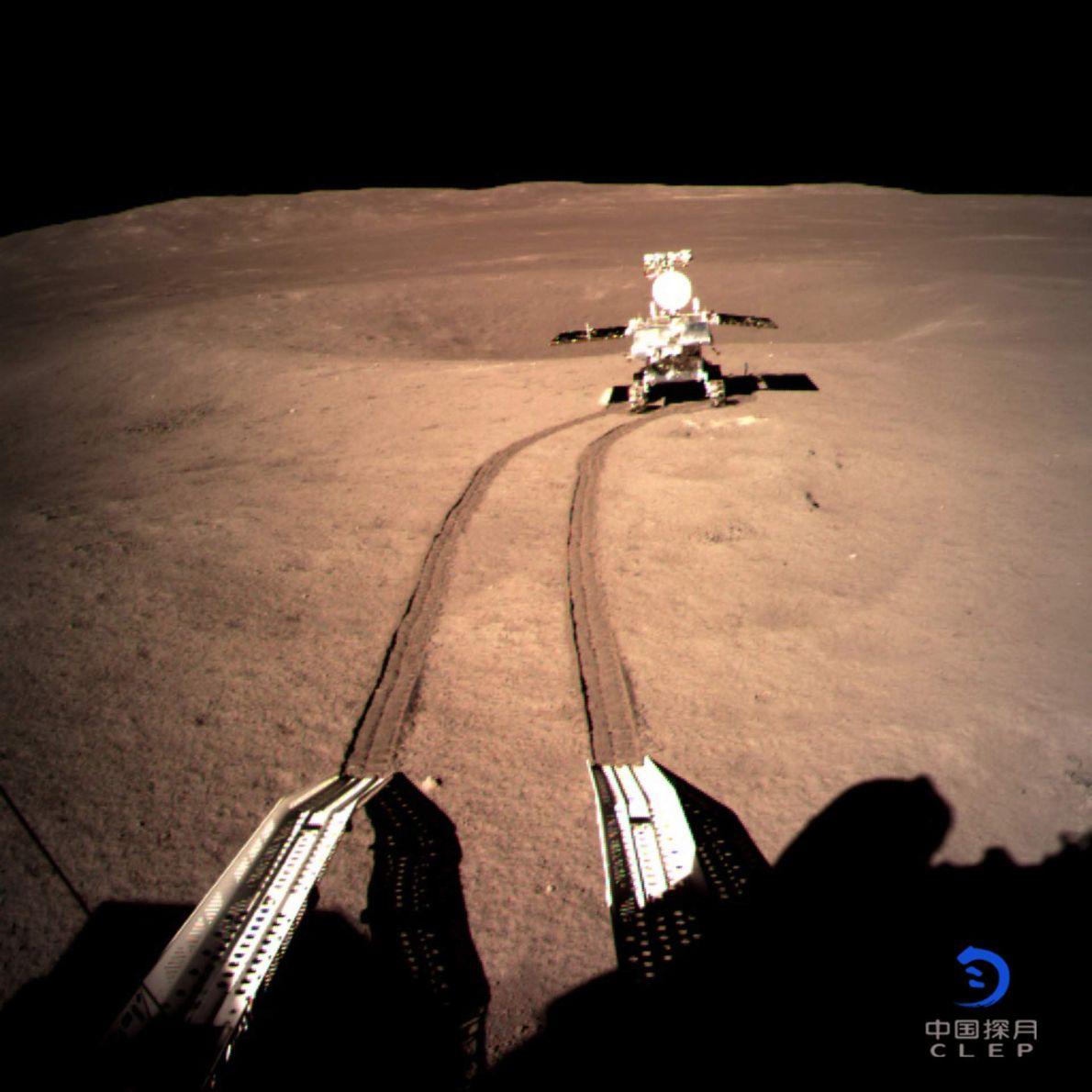 A sonda lunar chinesa Chang'e 4 transportou o rover Yutu-2 que, nesta imagem, deixa marcas no ...