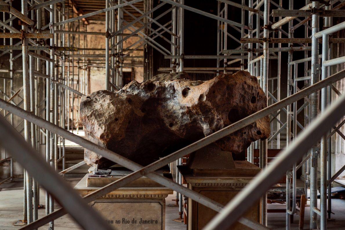 Meteorito Bendengó na entrada do Museu Nacional do Rio de Janeiro. Era de se esperar que ...