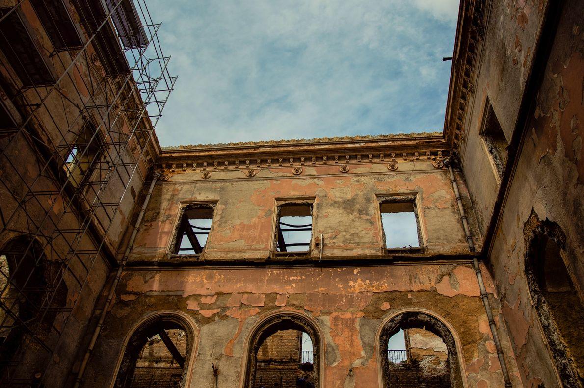 Janelas e tetos do Museu Nacional foram completamente destruídos pelo incêndio, mas as paredes resistiram.