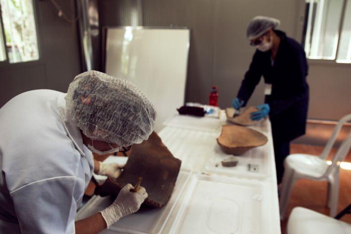 As peças recuperadas em meio aos escombros passam pelo laboratório de higienização, onde são avaliadas e ...