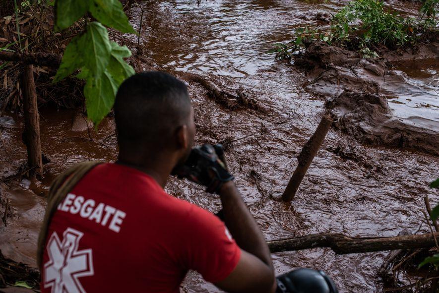 Bombeiro observa o rio de lama que se formou depois do rompimento da barragem da mineradora ...