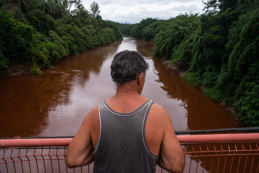 Morador de Brumadinho (MG) observa o estrago causado pelo rompimento da barragem do córrego do Feijão ...