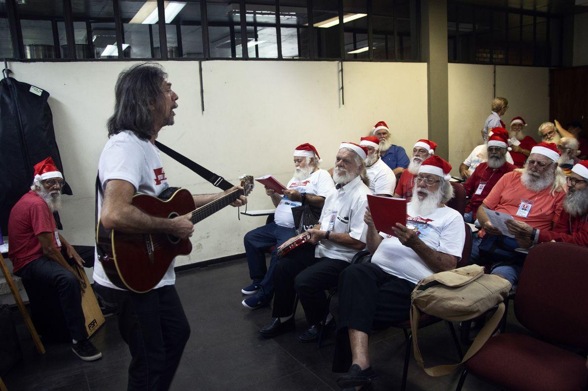 Gedivan de Albuquerque é um dos instrutores do curso. Durante suas aulas os alunos aprendem músicas ...