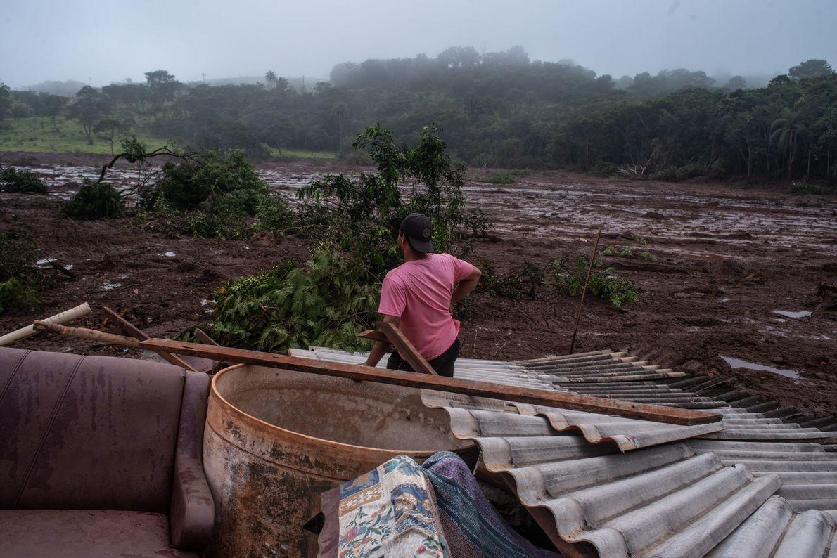 Morador da Comunidade Parque da Cachoeira, no município de Brumadinho (MG), observa a passagem do rio …