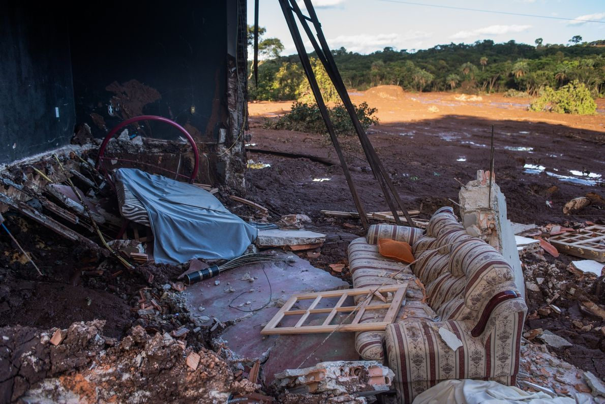 Casa na Comunidade Parque da Cachoeira é destruída depois de passagem da lama pelo córrego do ...