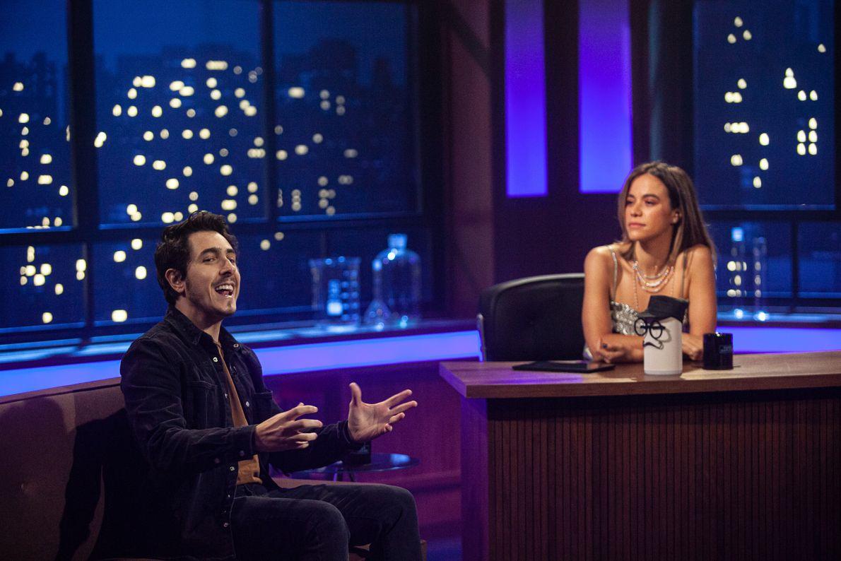 Miá está concentrada no papo do youtuber Felipe Castanhari.