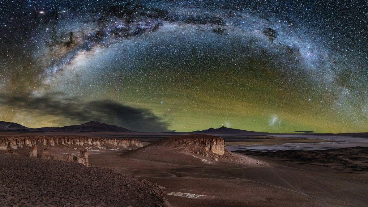 A Via Láctea aparece sobre o céu do Deserto do Atacama, no Salar de Tara, Chile.
