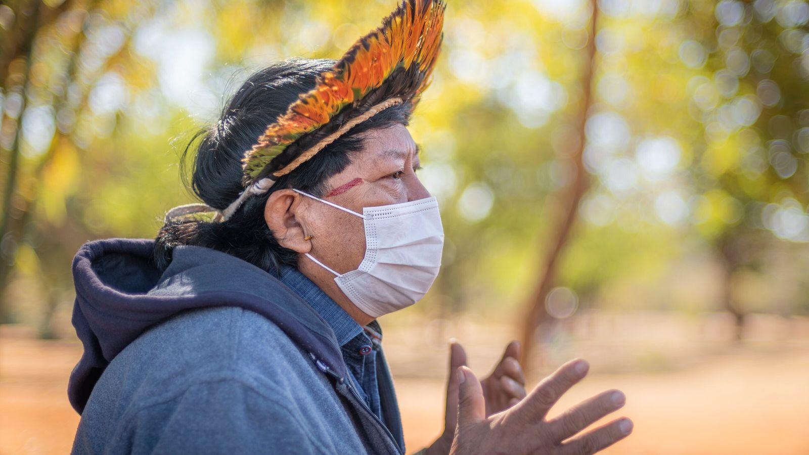 Davi Kopenawa em entrevista à National Geographic no Parque da Cidade de Brasília, Distrito Federal.