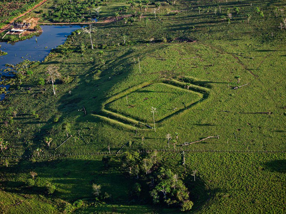 O que são os geoglifos milenares destruídos por trator na Amazônia acreana
