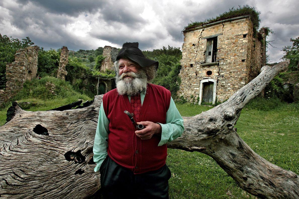 Giuseppe Spagnuolo é o último residente de Roscigno Vecchia no sul da Itália. A maioria das ...