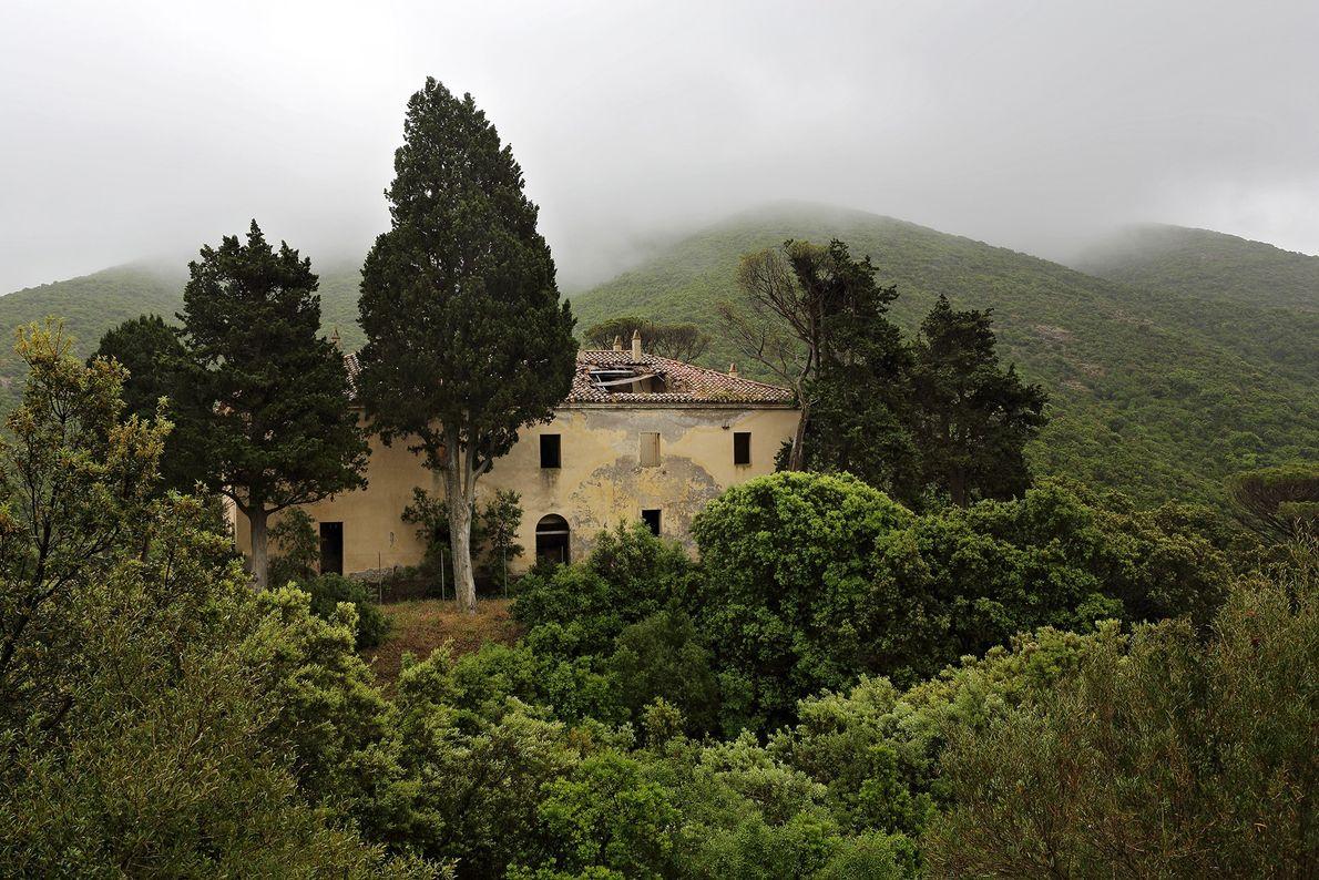 Uma casa fantasma é cercada pelas colinas verdejantes de Montevecchio, um antigo local de mineração na ...
