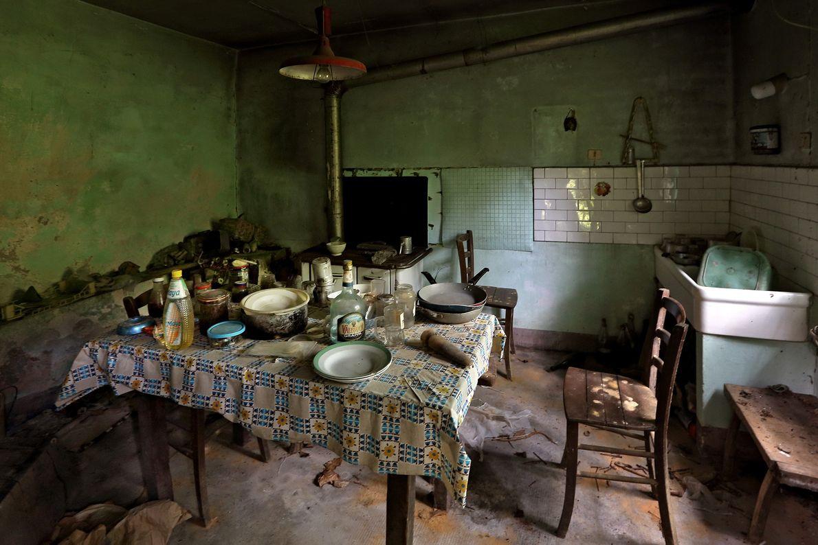 Objetos enchem uma casa fantasma na região do Piemonte. Acredita-se que seu último morador morreu há ...