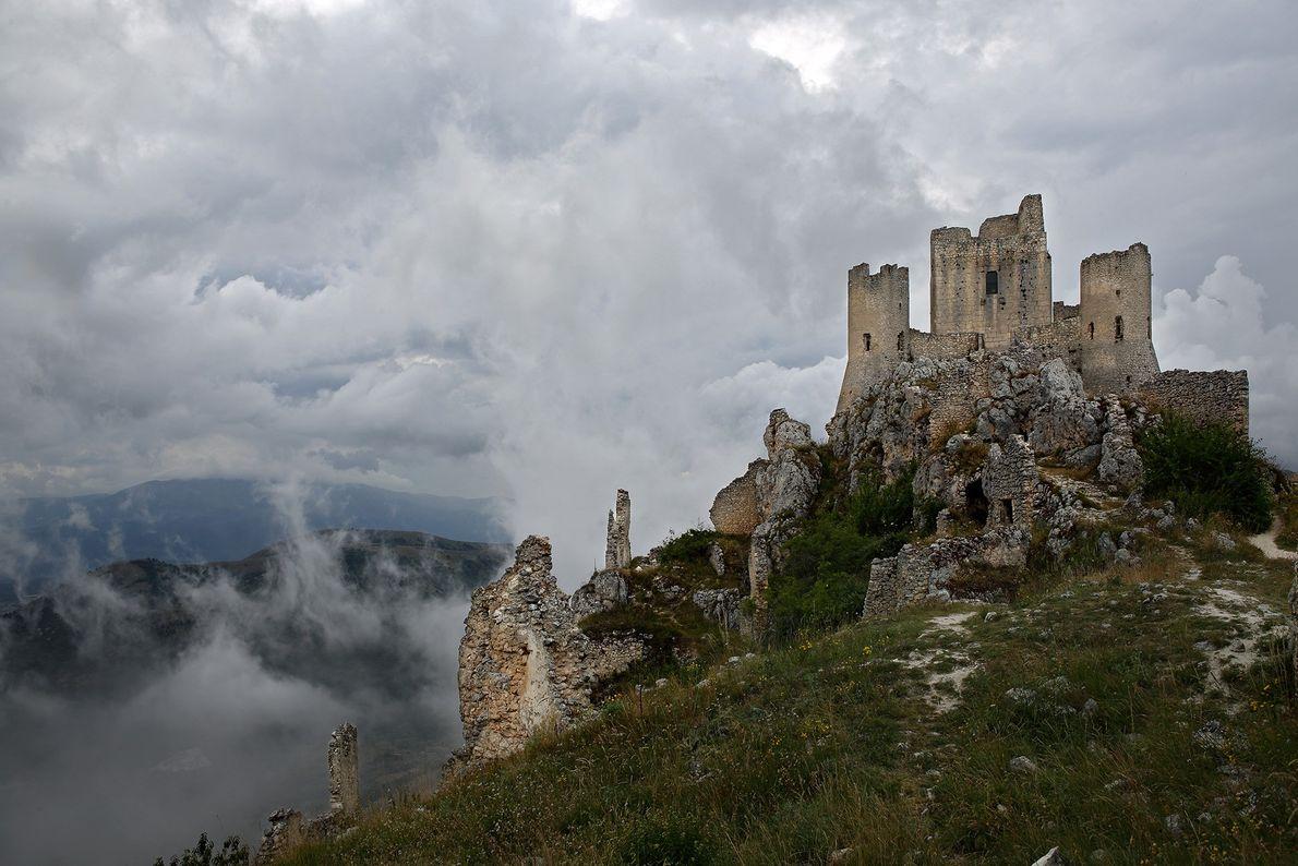 A fortaleza da colina de Rocca Calascio foi danificada por um terremoto em 1703.
