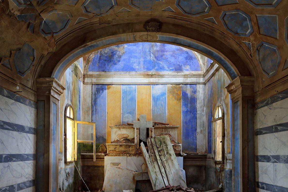 O antigo assentamento do castelo de Toiano está encravado entre colinas da Toscana.