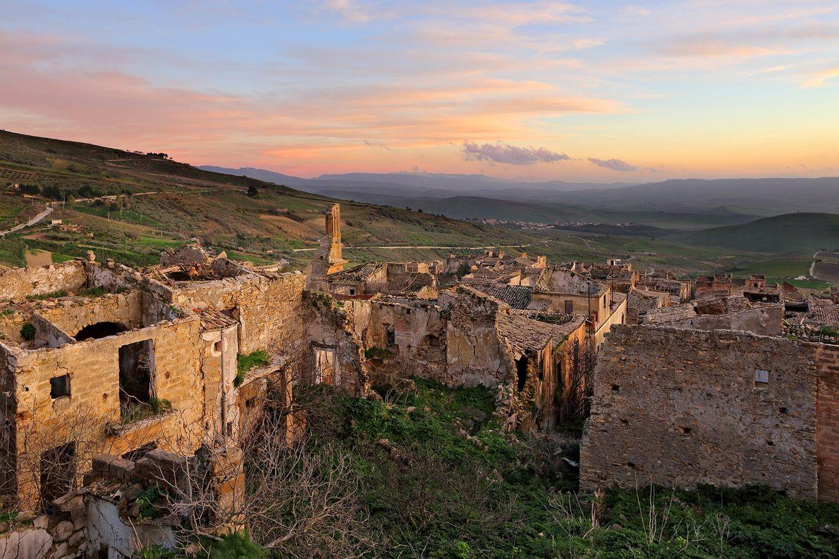 A cidade fantasma de Poggioreale foi desocupada após uma série de terremotos na década de 60.