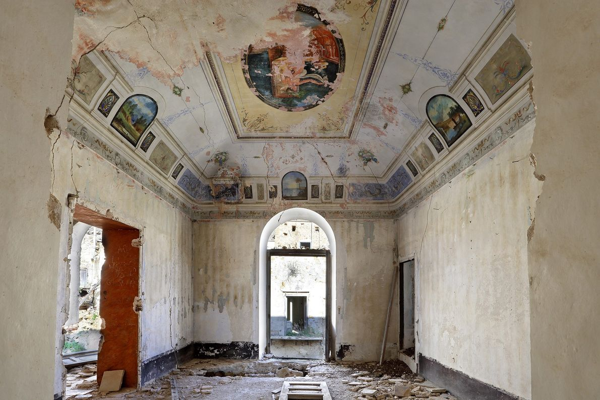 A pintura descasca no interior de um edifício em Poggioreale, abandonado após uma série de terremotos ...