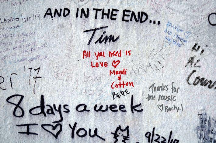 Uma parede coberta de pichações, próxima ao Abbey Road Studios, homenageia os Beatles.