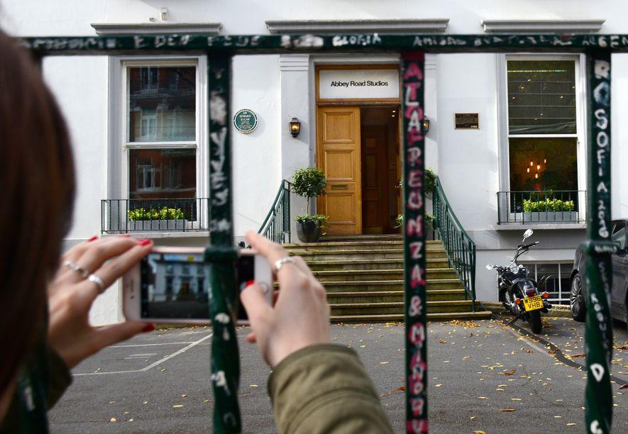 Visitante tira uma fotografia do Abbey Road Studios, em Londres, onde os Beatles gravaram diversas canções ...