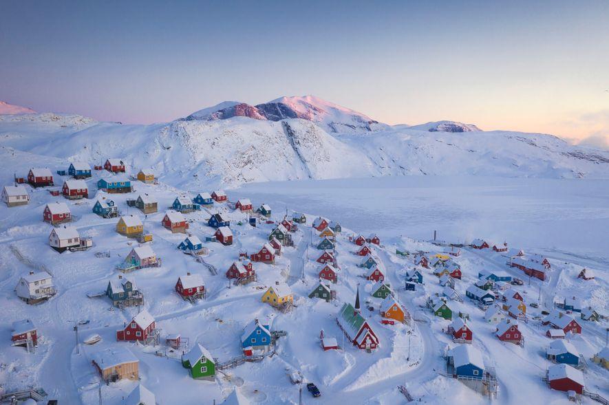 Casinhas coloridas destacam-se na congelante paisagem.