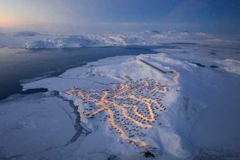 """Chu caminhava próximo ao aeroporto local em busca de imagens vastas de Upernavik. Quando as luzes das casas se acenderam à noite, ele lembrou, """"a cidade parecia uma árvore de Natal após o anoitecer""""."""