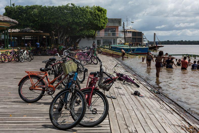 No calor da Linha do Equador, banhos no rio Amazonas são um refresco.