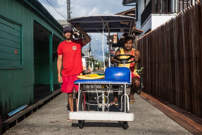 foto de dois socorristas do corpo de bombeiros em uma bicicleta adaptada para carrega uma maca