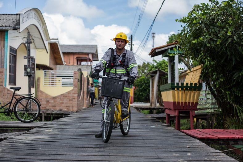 homem posa para foto em cima de uma bicicleta