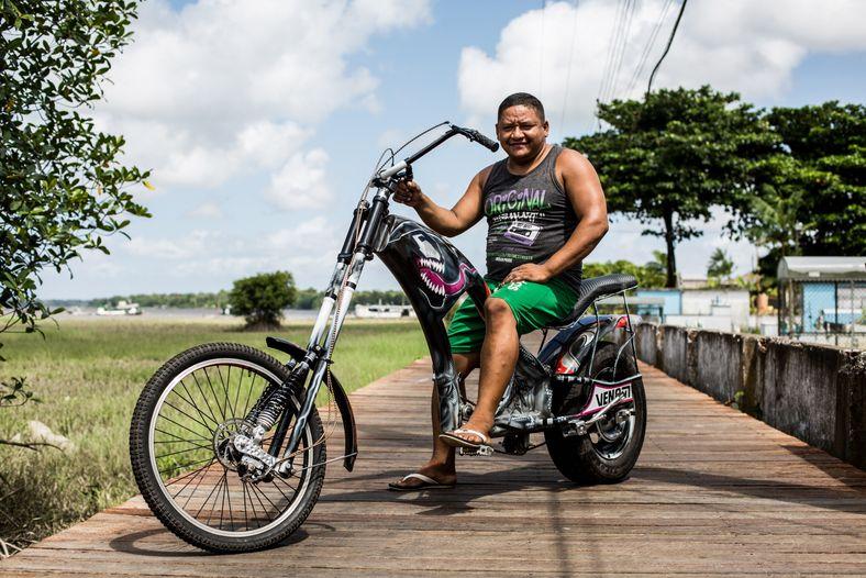 homem posa para foto em bicicleta do estilo Harley Davidson