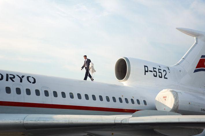 Um piloto tira as capas do motor de um Tupolev Tu-154.