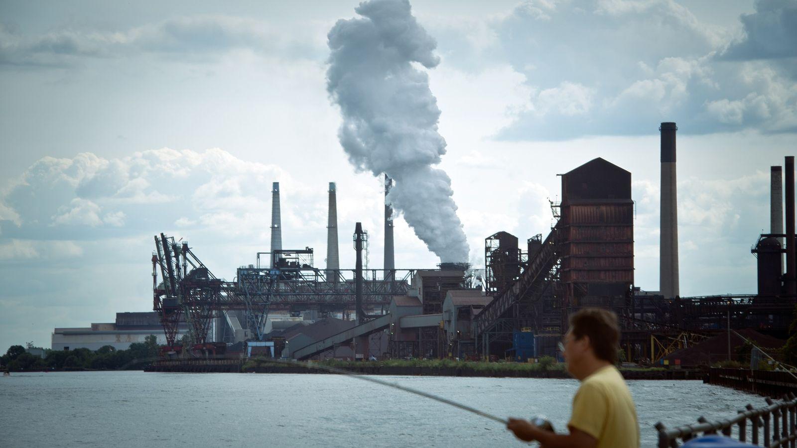 Homem pesca próximo a usina de carvão DTE, em Detroit, nos EUA.