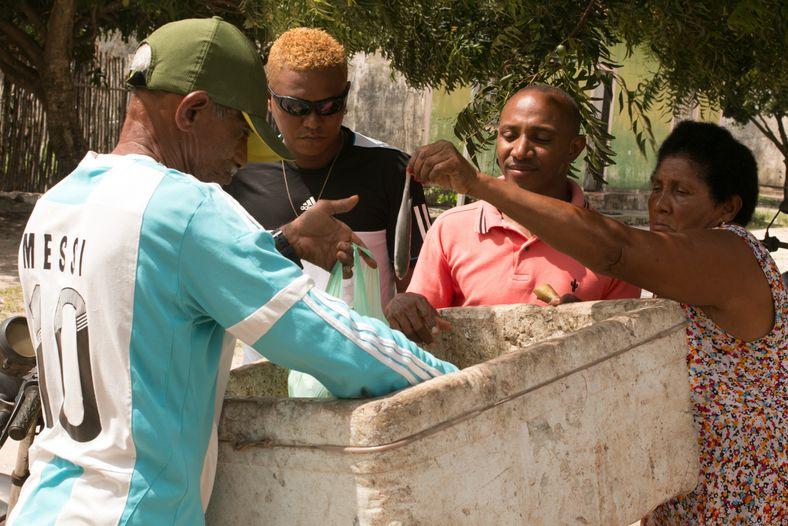 Seu Jovêncio Sodre (Caem), 61 anos, nativo da comunidade de Traquaí, vende peixes na agrovila Marudá.