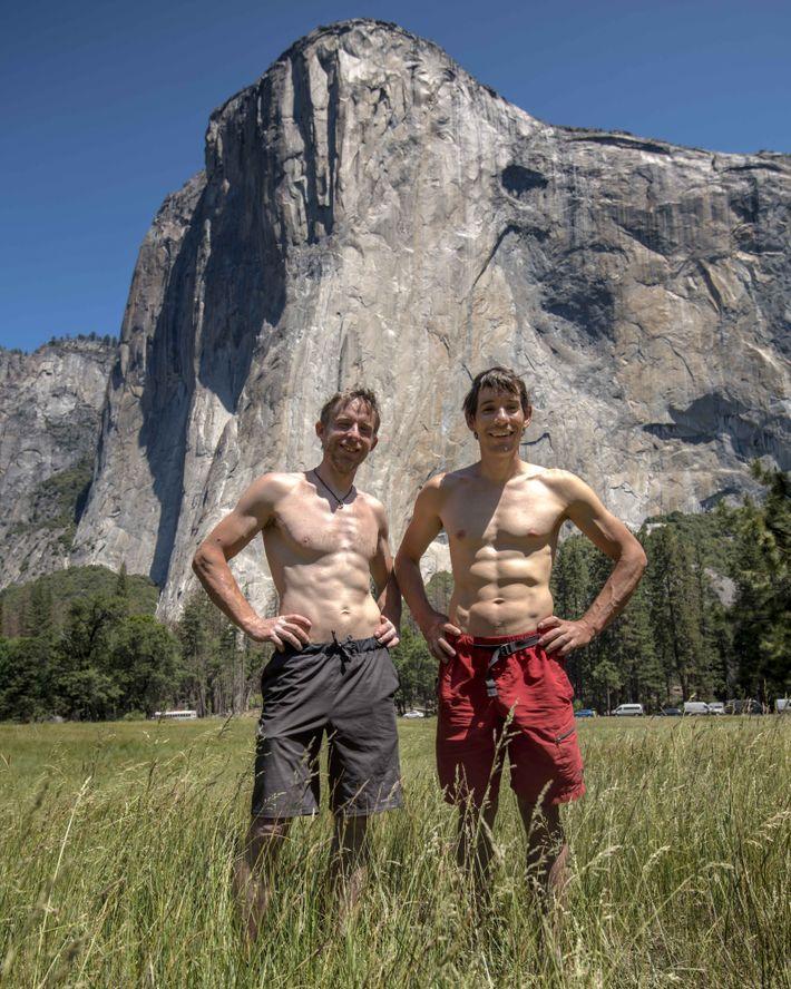 Os escaladores Alex Honnold e Tommy Caldwell posam na frente do El Capitan, no Parque Yosemite, ...