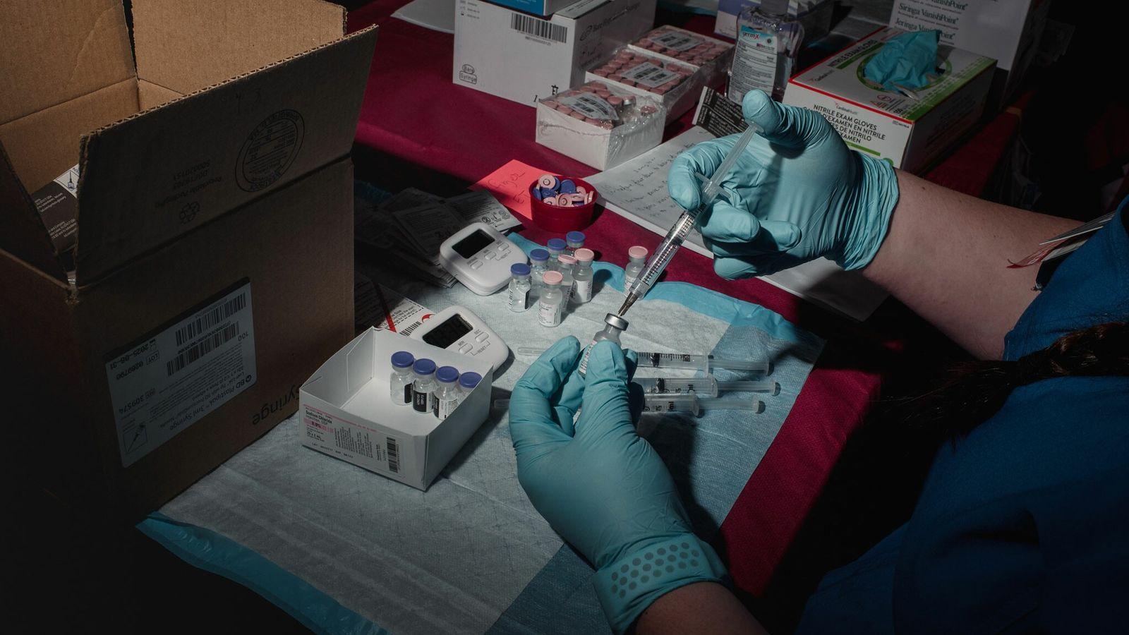 Enfermeira prepara ampolas da vacina da Pfizer-BioNTech para aplicação. Novo estudo constatou que o índice de ...