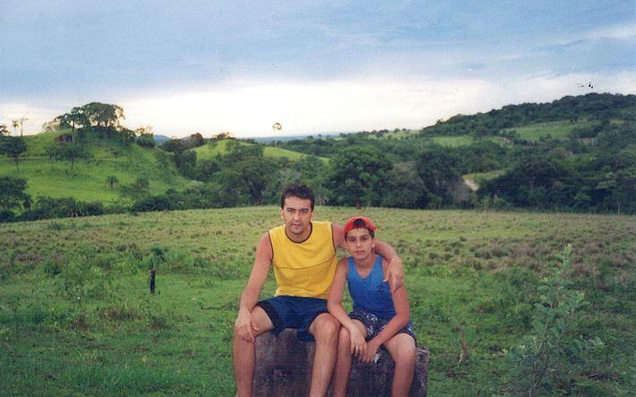 """""""Minhas melhores lembranças"""": o menino Luan Santana posa com o pai, Amarildo, tendo a paisagem pantaneira como ..."""