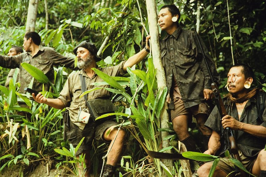 Sydney Possuelo (segurando um aparelho GPS) lidera uma expedição anterior da Funai no território dos flecheiros.