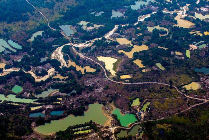 Vista aérea do acampamento informal de mineração de ouro Esperança IV, próximo ao território indígena Menkragnoti, ...
