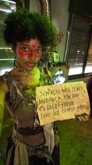 foto de uma garota segurando uma placa com os dizeres: Sem ação não tem mudança, por ...