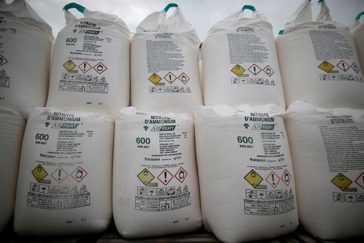 Sacos contendo fertilizantes com nitrato de amônio são expostos em uma feira agrícola em Vieillevigne, França, ...