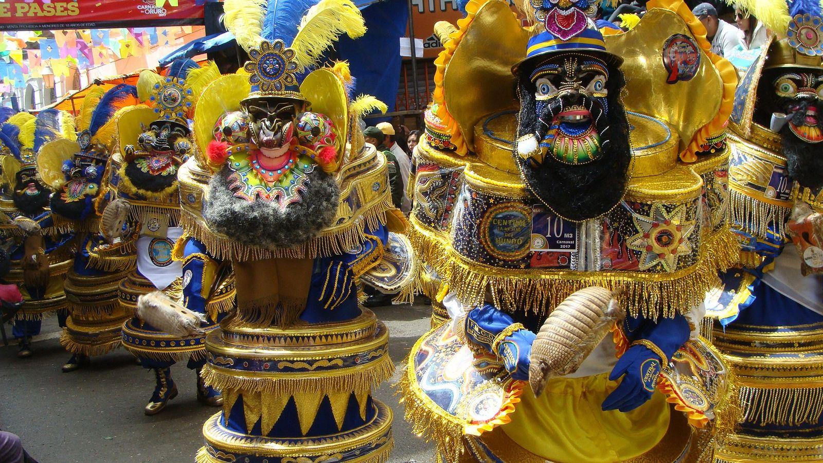 Todos os anos, mais de mil dançarinos no Carnaval de Oruro, na Bolívia, carregam matracas feitas ...