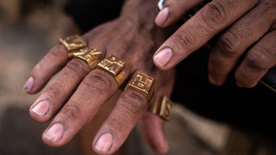 Garimpeiro exibe anéis de ouro em Jacareacanga, Pará. Joias como anéis e relógios são itens obrigatórios entre garimpeiros ...