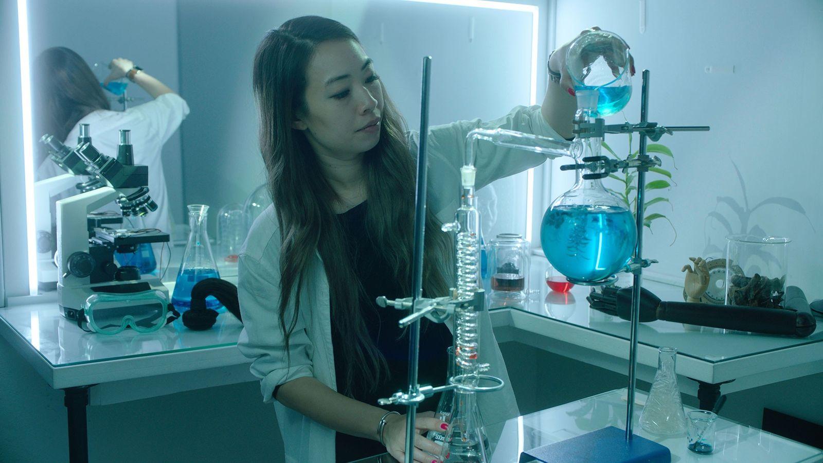 Ani Liu faz perfumes com cheiro humano ao capturar moléculas voláteis da roupa de uma pessoa ...