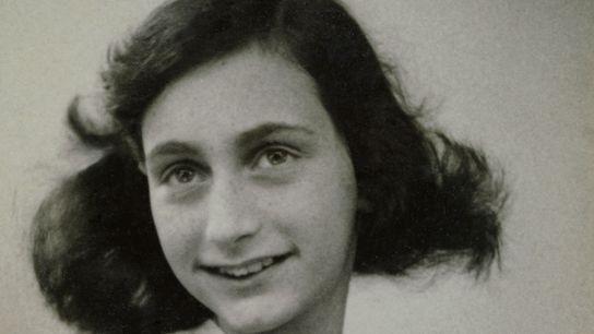 Anne Frank é retratada antes de ela e sua família serem obrigadas a se esconder dos ...