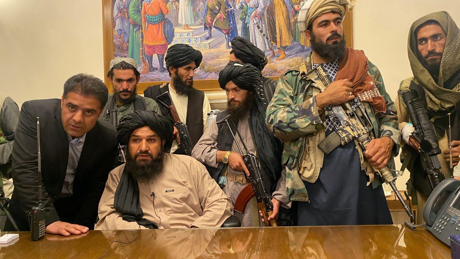 Combatentes talibãs tomam controle do palácio presidencial afegão