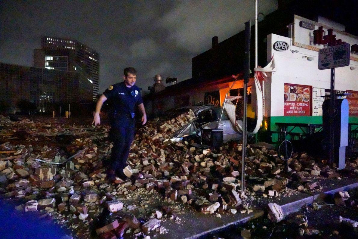 O detetive da polícia de Nova Orleans, Alexander Reiter, examina os destroços de uma construção que ...