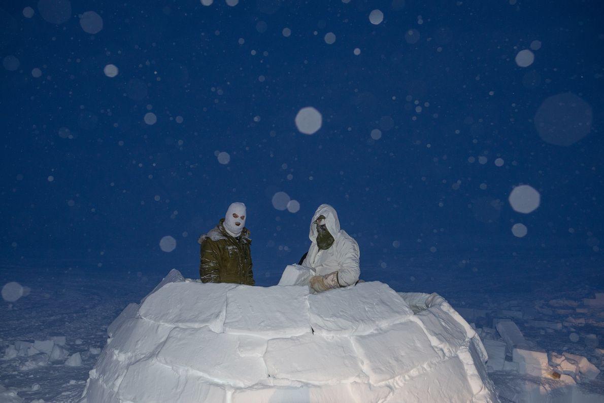 Soldados canadenses constroem um iglu durante a fase de seu treinamento no alto Ártico para se ...