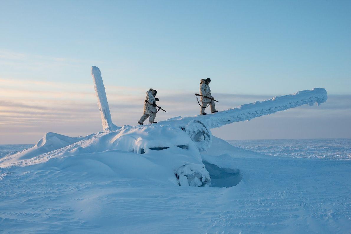 Soldados canadenses escalam os destroços de um avião, a cerca de 1,6 mil quilômetros ao sul ...