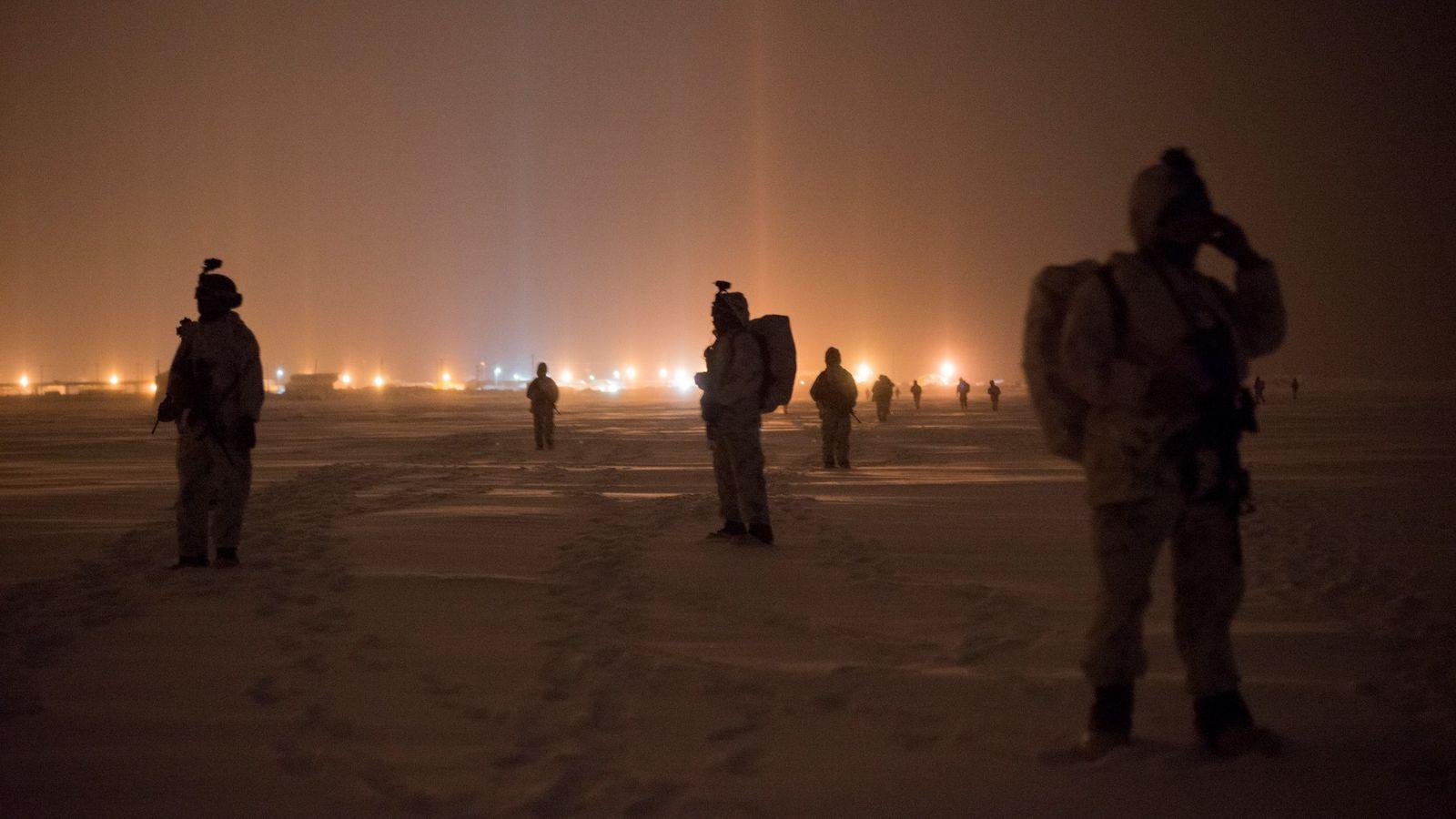 A Marinha e a Força Especial Green Berets dos EUA patrulham a tundra próximo a uma ...
