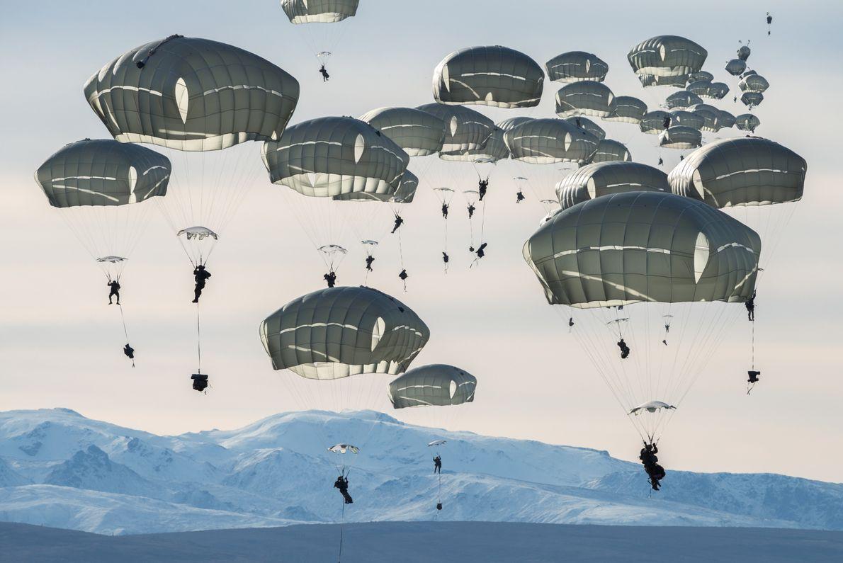 Cerca de 400 soldados dos Estados Unidos praticam saltos de paraquedas perto de Fort Greely, no ...