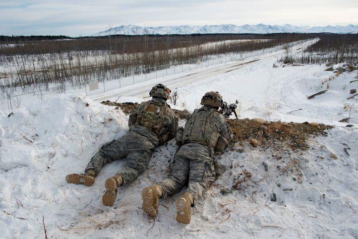 Tropas do Exército dos EUA praticam táticas defensivas em Fort Greely, no Alasca. O forte é ...